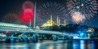 在博斯普鲁斯海峡桥梁上的美丽的烟花在晚上伊斯坦布尔 免版税图库摄影