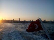 在博斯普鲁斯海峡的土耳其旗子 库存图片