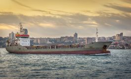 在博斯普鲁斯海峡的货船 库存照片