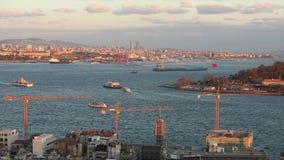 在博斯普鲁斯海峡,伊斯坦布尔,土耳其的岸的建筑用起重机 股票录像