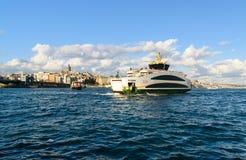 在博斯普鲁斯海峡,伊斯坦布尔,土耳其的渡轮 免版税库存照片