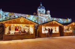 在博物馆处所附近的圣诞节市场在维也纳奥地利 库存照片