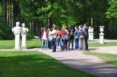 在博物馆庄园Arkhangelskoye的游览小组 执行莫斯科地区俄国符号认为什么您 库存照片