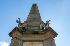 在博物馆正方形的卡罗来纳州方尖碑在科鲁Napoca,罗马尼亚 免版税图库摄影