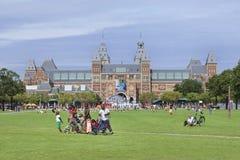 在博物馆正方形,阿姆斯特丹,荷兰的蓬松卷发家庭 免版税库存照片