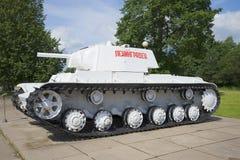 在博物馆西洋镜安装的冬天绘画的苏联坦克KV-1 免版税库存照片