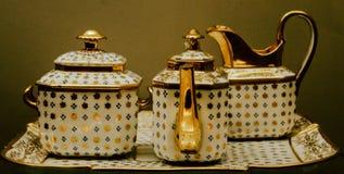 在博物馆设置的古色古香的茶罐 库存图片