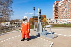 在博物馆附近雕刻宇航员和式样火箭并且陈列 图库摄影