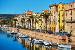 在博萨,撒丁岛,意大利街道上的五颜六色的房子  免版税库存照片