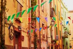 在博萨,撒丁岛,意大利街道上的五颜六色的房子  库存照片