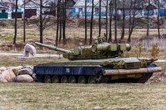 在博览会的T-80BV坦克对国际性组织的战士 库存照片