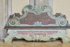 在博洛尼亚大学,意大利的历史的石长凳 库存图片