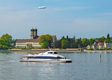 在博登湖的筏轮渡在宫殿腓特烈港前面 库存图片