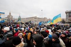 在占领Maidan方形移动的疯狂的人群  库存图片