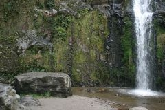 在卡丝卡达乐团Taxopamba瀑布奥塔瓦洛厄瓜多尔附近的大平的冰砾 图库摄影