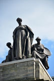 在卡内基音乐厅顶部的雕象 免版税库存图片