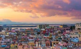 在卡利亚里的日落,老市中心空中全景  免版税库存照片