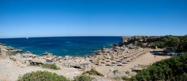 在卡利地亚海滩的全景在希腊海岛罗得岛上 免版税库存照片