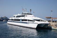 在卡塔利娜海岛上的喷气机猫明确渡轮Avalon港口 库存照片