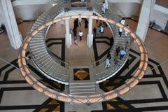 在卡塔尔博物馆里面的美丽的闪亮指示和台阶 库存照片