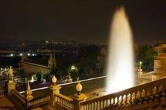 在卡塔龙尼亚的全国美术馆的附近有启发性喷泉 巴塞罗那西班牙 免版税库存照片