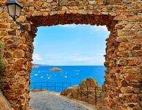 在卡塔龙尼亚的肋前缘Brava的托萨德马尔城堡 免版税图库摄影