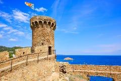 在卡塔龙尼亚的肋前缘Brava的托萨德马尔城堡 免版税库存照片