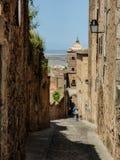 在卡塞里斯`老镇上街道  免版税库存图片