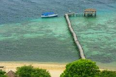 在卡娜娃海岛的长的木跳船在弗洛勒斯海,努沙登加拉群岛, 免版税库存照片