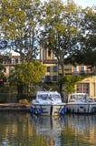 在卡尔卡松运河的两条小船有它的反射的 库存图片