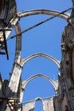 在卡尔穆女修道院废墟的哥特式曲拱在里斯本 免版税库存照片