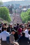 在卡尔约翰街道上的挪威宪法天游行 免版税图库摄影