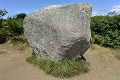 在卡尔纳克石头领域的唯一巨石,布里坦尼,法国 免版税库存照片