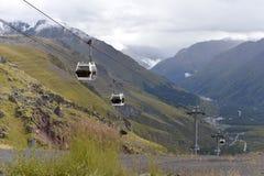 在卡巴尔达-巴尔卡里亚的山的缆车 免版税库存图片