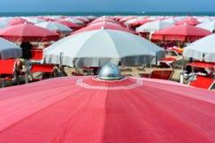 在卡托利卡,里维埃拉Romagnola,意大利的沙滩伞 库存图片