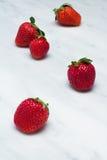 在卡拉拉大理石工作台面的草莓 库存图片