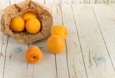 在卡拉服特袋子的几个成熟杏子 图库摄影