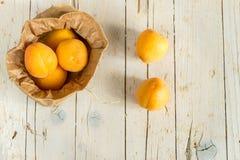 在卡拉服特袋子的几个成熟杏子 免版税库存图片