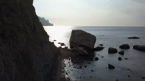 在卡拉Dag山的日出在克里米亚 黑海、山和岩石鸟瞰图在日出 股票视频