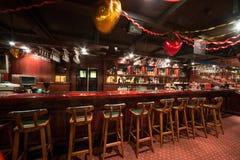 在卡拉OK演唱的空的酒吧-棍打法老王 库存照片