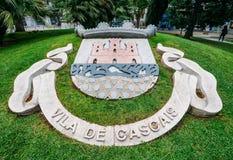 在卡斯卡伊斯,与城市` s象征的Porrtugal入口的一个标志在草 免版税库存图片