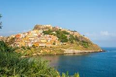 在卡斯泰尔萨尔多的看法在撒丁岛 免版税库存照片