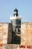 在卡斯蒂略圣费利佩del Morro的灯塔 库存照片