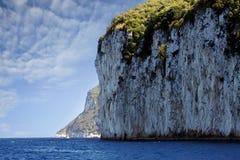 在卡普里岛海岛海岸的峭壁 库存图片