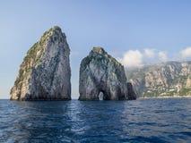 在卡普里岛海岛的惊人的风景有Faraglioni的 免版税库存照片