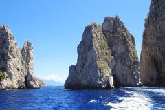 在卡普里岛海岛,意大利附近的三个著名巨人岩石Faraglioni 免版税库存照片