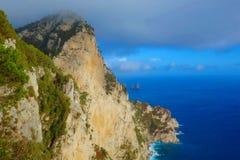 在卡普里岛海岛,那不勒斯,意大利偶象峭壁的鸟瞰图褶皱藻属的 免版税图库摄影