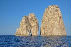 在卡普里岛附近海岛的岩石  免版税库存照片