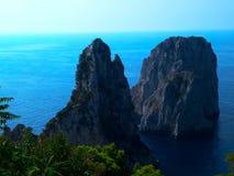 在卡普里海岛上的Faraglioni峭壁在陆间海 库存图片