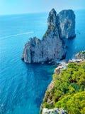 在卡普里海岛上的Faraglioni峭壁在陆间海 免版税库存照片